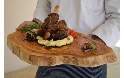 Χοιρινό κότσι μπρεζέ με πουρέ πατάτας καραμελωμένα κρεμμύδια και μανιτάρια τουρσί